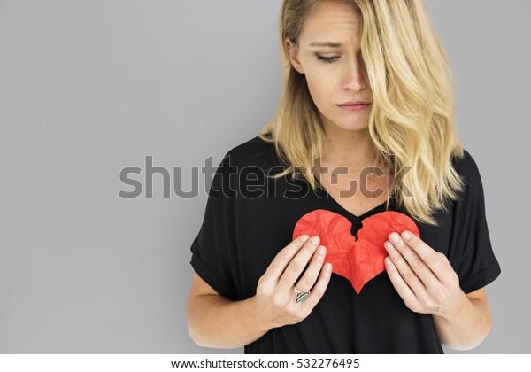 Fille Tenant Un Concept De Coeur Brisé