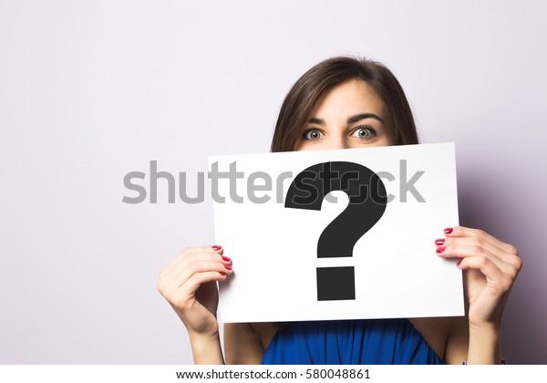 クエスチョンマークと看板を持つ女の子