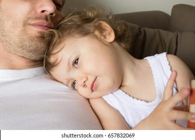 The girl hugs the daddy. Dads with a child