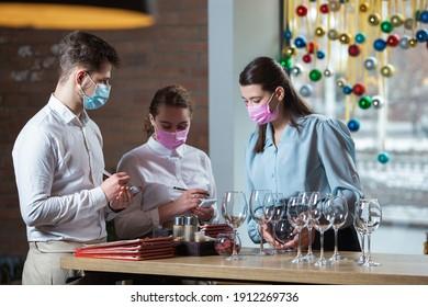 Mädchenleiter bildet Restaurantangestellte aus