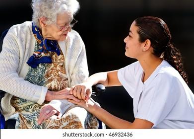 Mädchenärztin, die einer alten Frau hilft