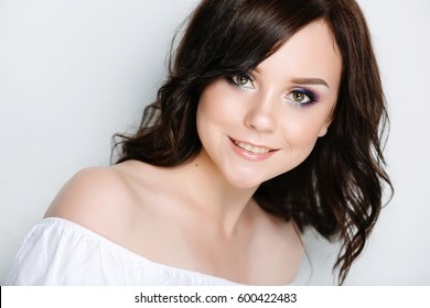 Girl microblanding eyebrows and permanent makeup