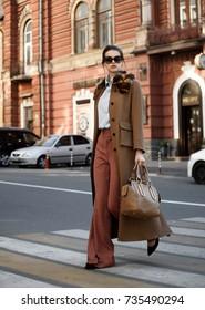 Mädchenmodell in modischen Kleidern. Modefoto. Luxuriöse Kleidung, Street Style.Ein stilvolles Aussehen .