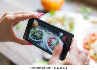 女孩照片熟饭使用她的智能手机