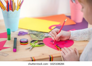 girl play with scissors and color paper