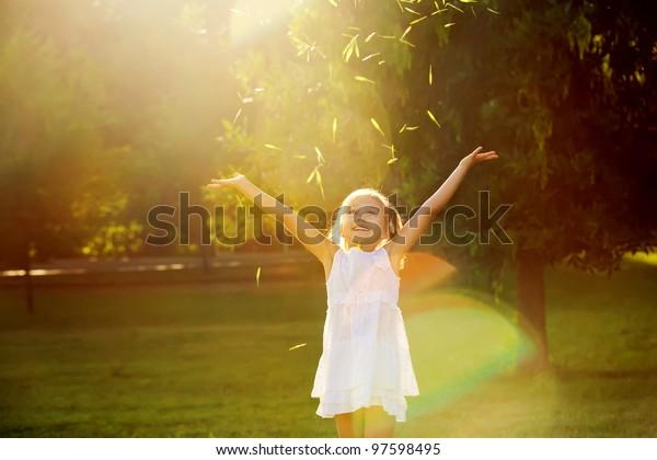 Mädchen, das in der Sonne spielt