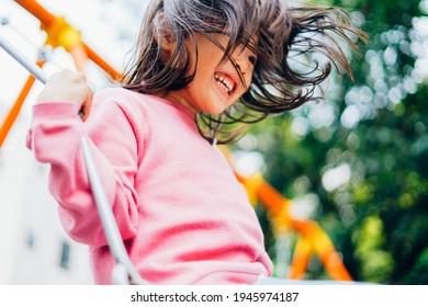 Mädchen, die im Park mit Swing spielen