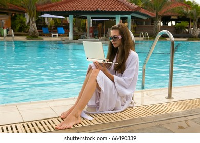The girl at pool about the laptop