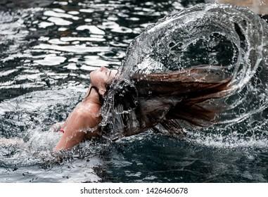Girl in the pool, bruzgi, hair