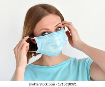 Das Mädchen stellt eine medizinische Gesichtsmaske zum Schutz vor Infektionen bereit. Gesundheitswesen und medizinisches Konzept.