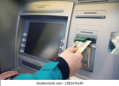 the girl raises money from the ATM- Image