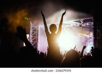 gerade-junge-teenager-tanzen-galerien