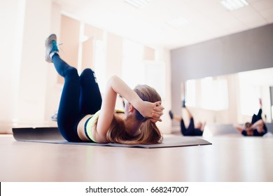 girl is rocking the press on a group session with fitness and yoga, the concept of weight loss before the summer.
