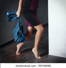 The girl secretly leaving the house A woman who came home late from a party
