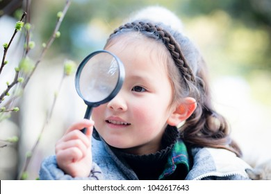 Girl to see the sprouts in the magnifying glass