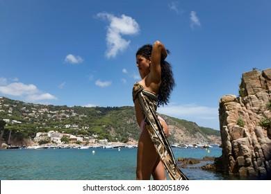 una chica pasa sus vacaciones en la playa y se posa en bikini