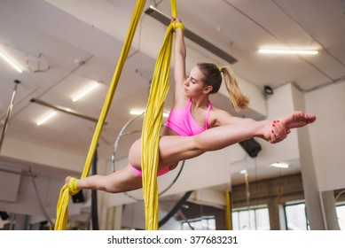 Girl in the splits on the canvases, Aerial clothes, aerial silks, air clothes, aerial acrobatic