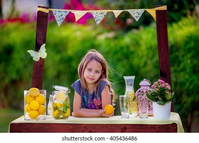 Girl stand at the lemonade stand