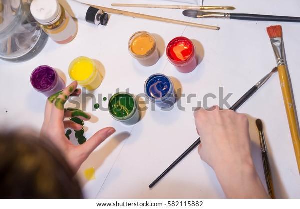 girl start drawing