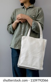 girl with totebag on gray background