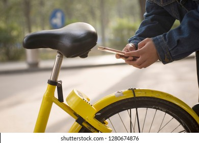 Girl usage of mobile phones, unlock Shared cycling.