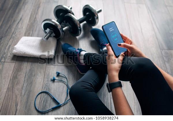 ragazza usa fitness app