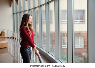 girl waiting for the arrival of the aircraft