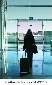 girl walking to the airport door