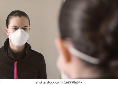 Niña con máscara de protección antivirus aislada en fondo blanco.