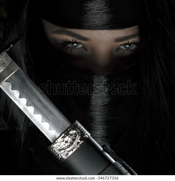 девушка или женщина в черный ниндзя самурай воин наряд держит катана меч - женщина убийца