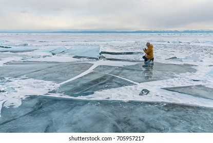 the girl in the yellow jacket on the ice of lake Baikal photogra