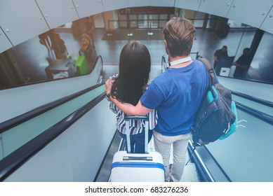 Girlfriend and boyfriend are enjoying travel together