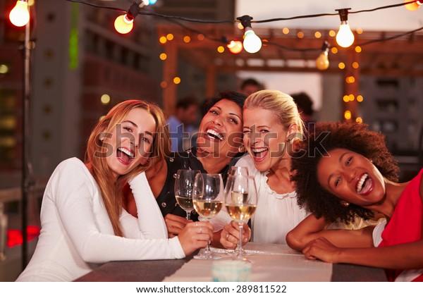 Freundinnen auf der Dachterrasse