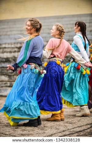 girls-bright-clothes-dance-on-450w-13423