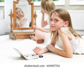 Girl's putting on make-up