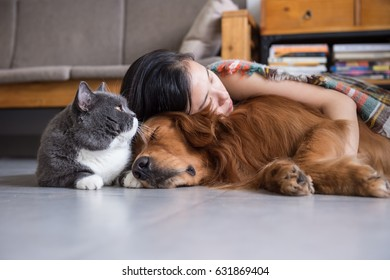 Girls sleep with cats and dogs
