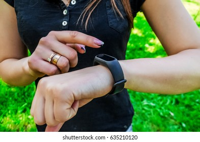 The girls wore a bracelet. Looks at the pedometer. Gadget