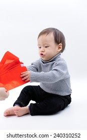 give baby red envelope in Chinese new year