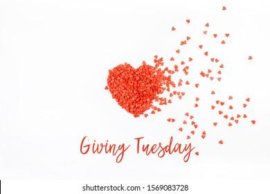 Dienstag zu geben ist ein globaler Tag der wohltätigen Spenden nach Black Friday Shopping-Tag. Wohltätigkeit, Hilfe, Spenden und Support-Konzept mit Textnachricht und rotem, herzförmigen Konfetti-weißer Hintergrund
