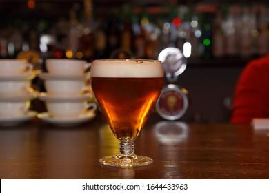 Ein Glas Bier in der Bar auf einem Holztisch