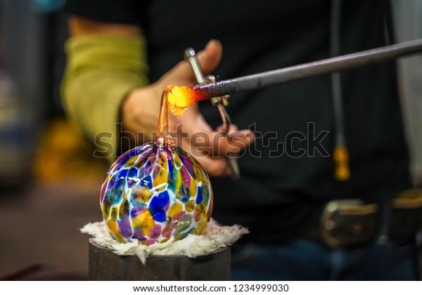 溶融したガラスを芸術品に成形するガラスの送風機