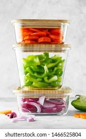 Glaskästen mit frischem Rohgemüse. Gesunde Mahlzeiten - Fotos zur Zubereitung von Rezepten. Gesunde veganische Gerichte in Glasbehältern. Konzept für Gewichtsverlust