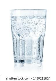 Verre d'eau scintillante froide isolé sur fond blanc