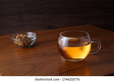 Glass Tasse schwarzen Tees auf Holztisch in der Nähe