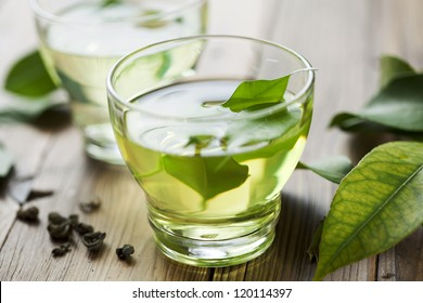 Glastasse mit frischem grünem Tee