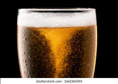 Glas frischem Bier einzeln auf schwarzem Hintergrund