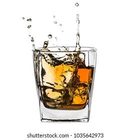 Glas von spritzendem Whiskey mit Eis einzeln auf Weiß