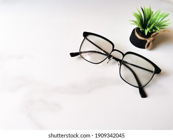 glasses close up depth in field blur noise plant green white