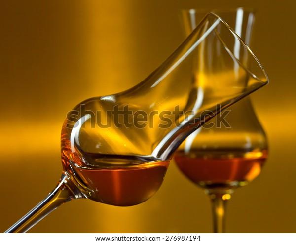Gläser mit Likör auf schwarzem Hintergrund