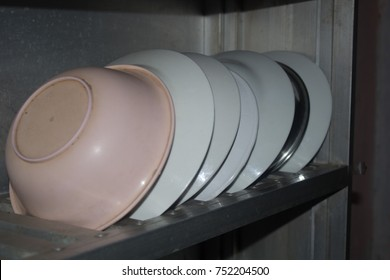 Glasses made with sodium borate have a high resistance to thermal shock and are used in kitchenware (such as Pyrex dishes) and laboratory equipment.